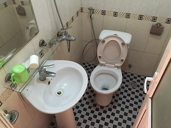 The bathroom at the Ly Ha Hotel in Phố Châu