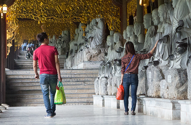 There are 500 Arhat statues in the Temple grounds. They all have a height of 230 cm and were carved from Ninh Bin stone.