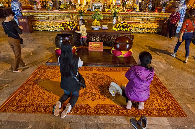 Devotes pray
